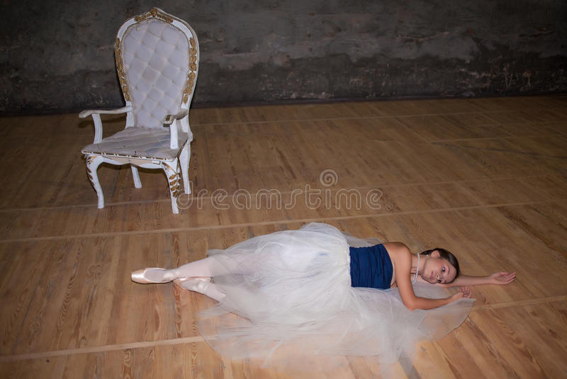 A bailarina bonita que levanta na saia branca longa fotografia de stock