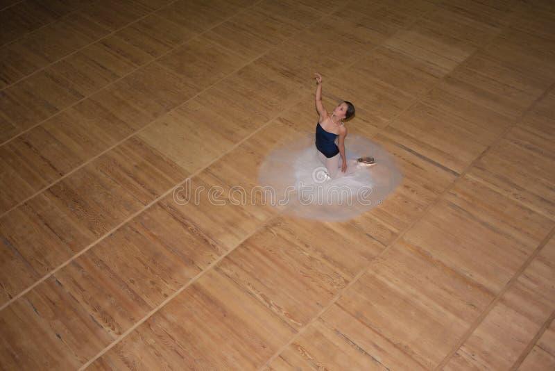 A bailarina bonita que levanta na saia branca longa foto de stock