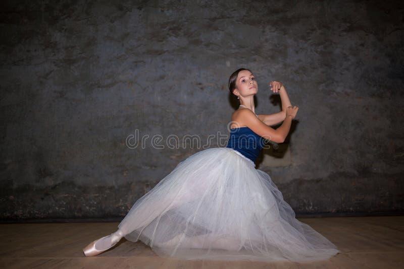 A bailarina bonita que levanta na saia branca longa imagens de stock royalty free