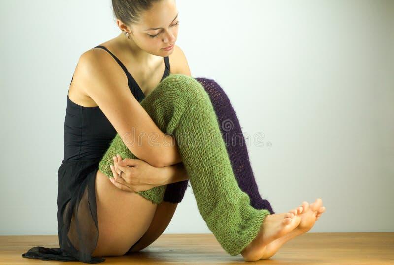 A bailarina bonita que senta-se dentro relaxa imagem de stock royalty free