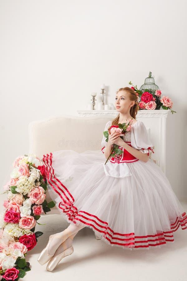 Bailarina bonita que sostiene las flores fotografía de archivo libre de regalías