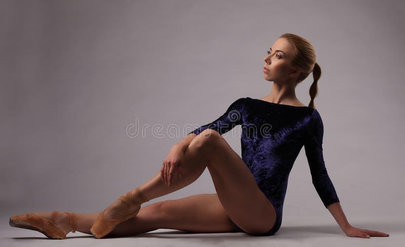 Bailarina com corpo perfeito no equipamento azul no estúdio imagens de stock