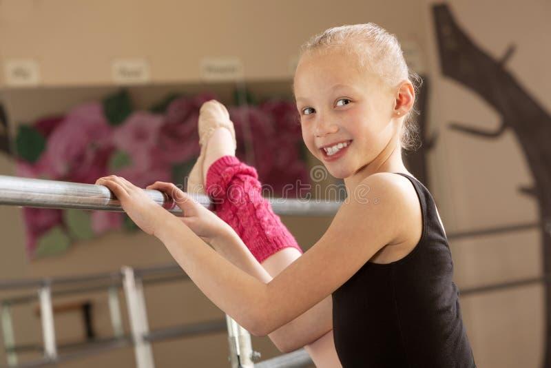 Bailarina da criança que estica seu pé imagem de stock