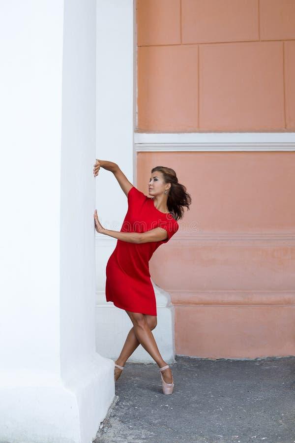 Bailarina da dança na rua foto de stock royalty free