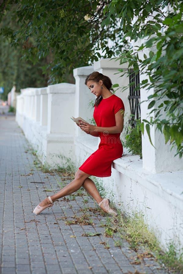 Bailarina de la lectura en una calle fotos de archivo libres de regalías