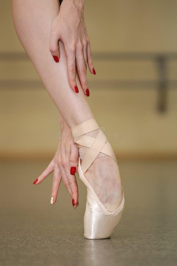 Bailarina de sexo femenino en zapatos del pointe imágenes de archivo libres de regalías