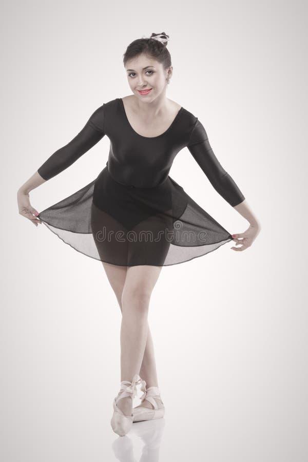 Bailarina de sorriso que faz uma curva fotografia de stock