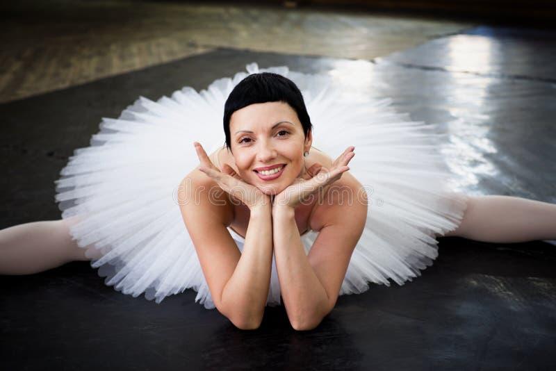 Bailarina del entrenamiento del retrato fotos de archivo