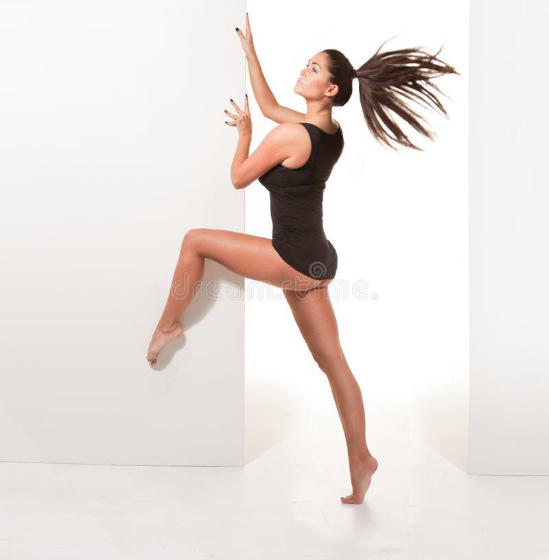 Bailarina descalça no Pose 'sexy' fotos de stock royalty free