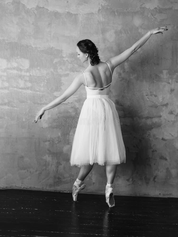 Bailarina do dançarino de bailado na saia branca bonita do tutu do vestido que levanta no estúdio do sótão foto de stock royalty free