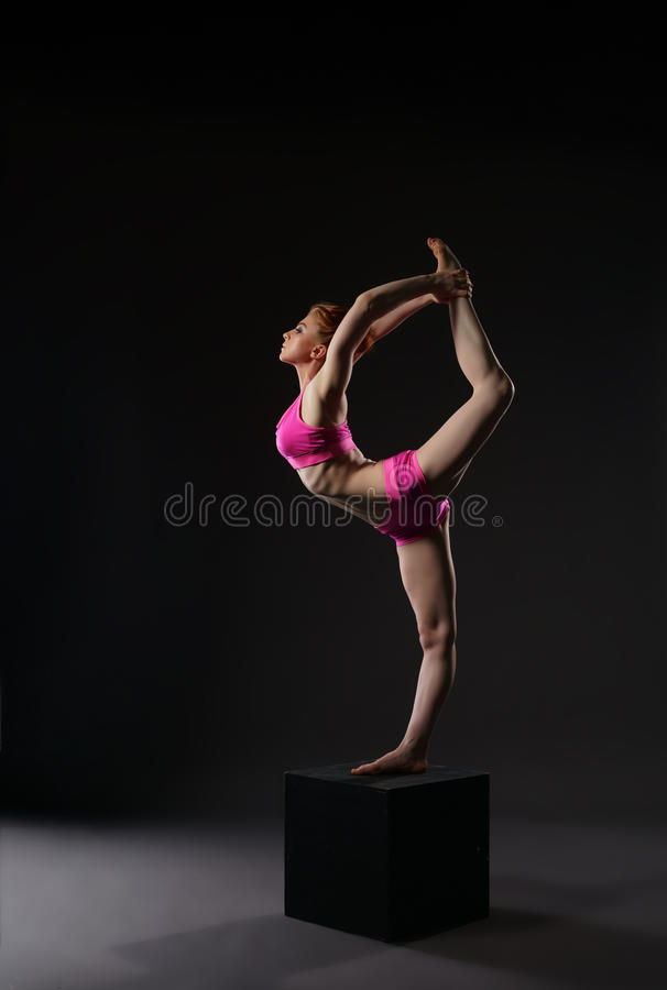 Bailarina do ruivo que faz a separação ginástica vertical fotos de stock