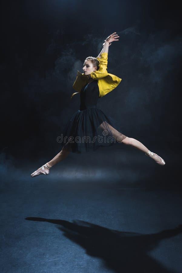 bailarina elegante atrativa em sapatas do pointe e no couro preto do tutu e o amarelo foto de stock royalty free