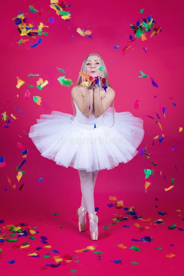 Bailarina em penas de sopro da saia do tutu imagens de stock