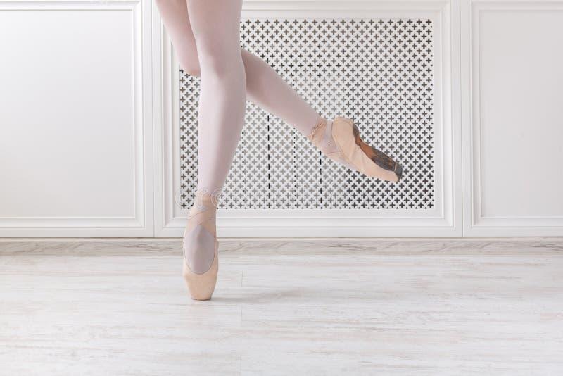 Bailarina em sapatas do pointe, pés graciosos, fundo do bailado fotografia de stock