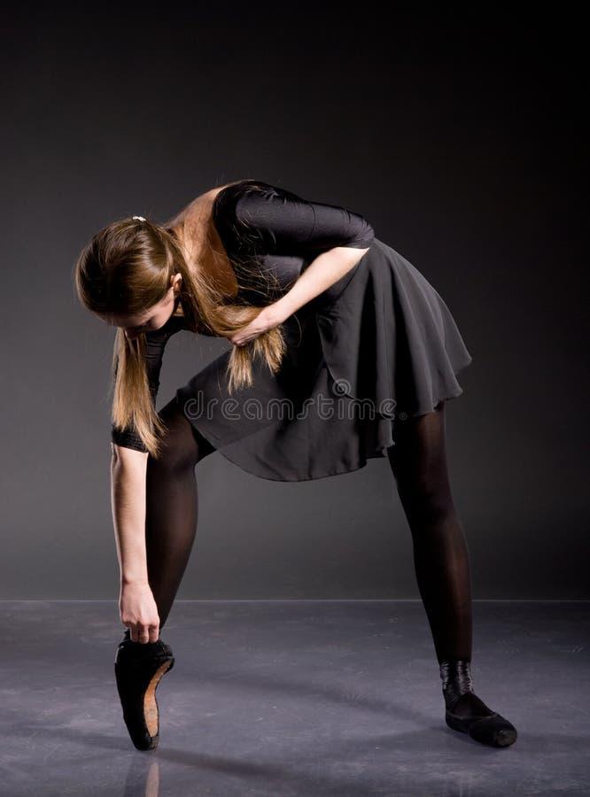 Bailarina em uma saia preta e em um terno de banho imagem de stock royalty free