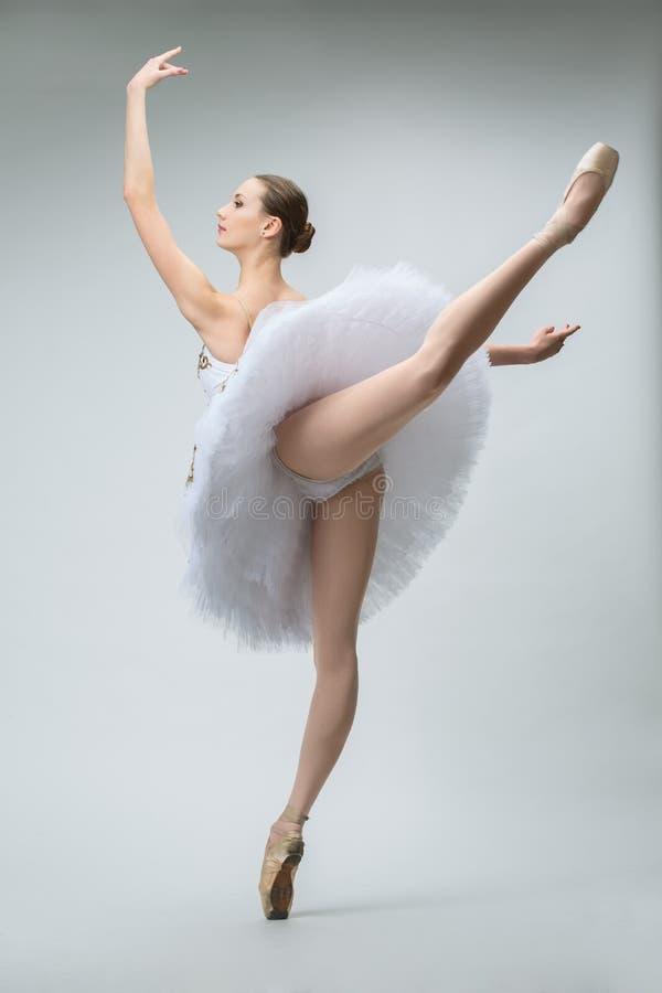 Bailarina en el estudio foto de archivo