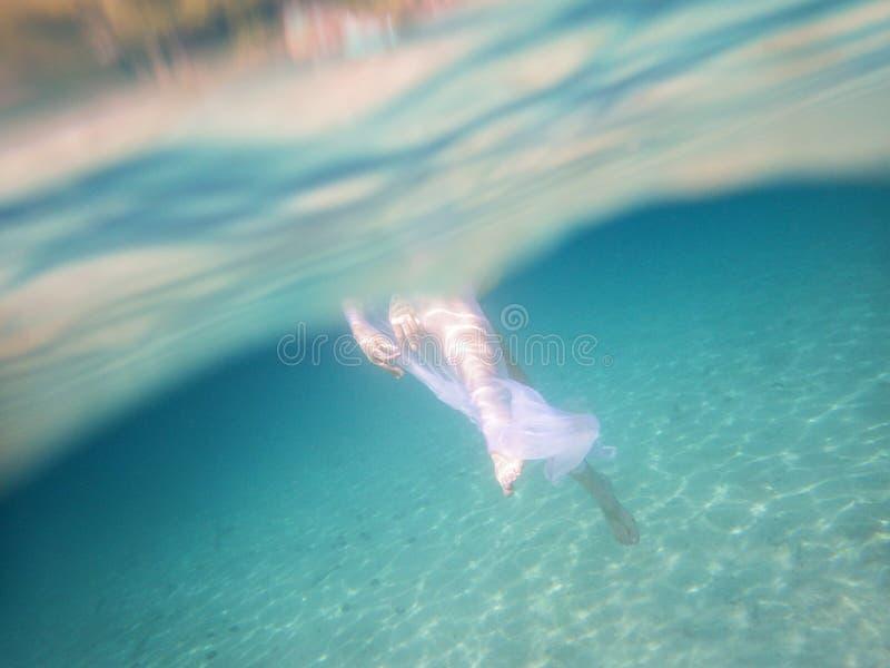 Bailarina en el mar imagenes de archivo