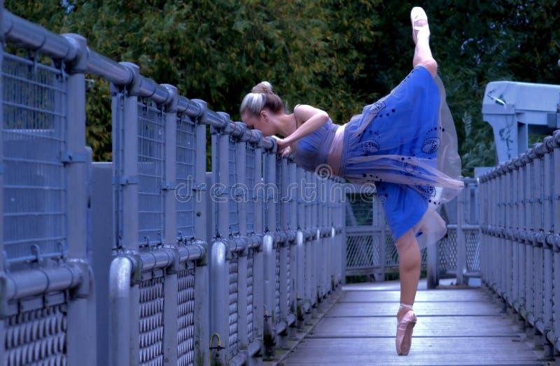 Bailarina en la calzada fotos de archivo libres de regalías