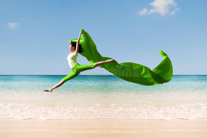 Bailarina en la playa imágenes de archivo libres de regalías