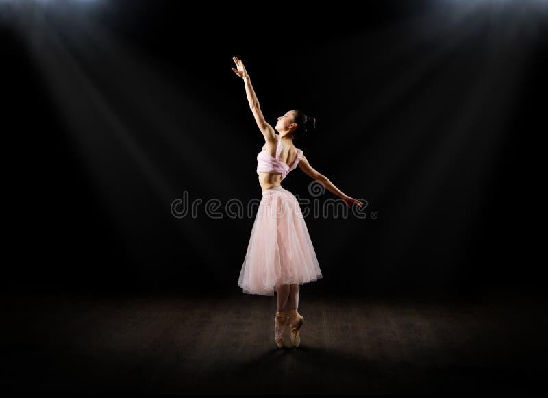Bailarina en la versión del pasillo imagenes de archivo