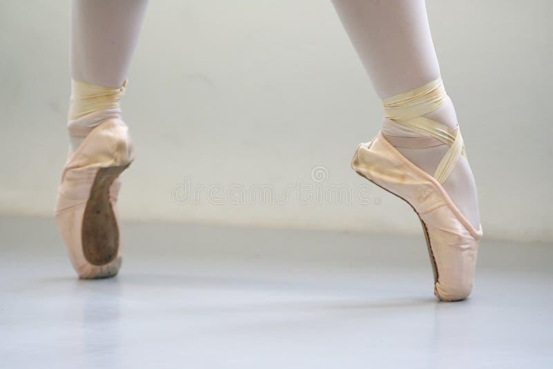 Bailarina en pointe con los pointeshoes imágenes de archivo libres de regalías
