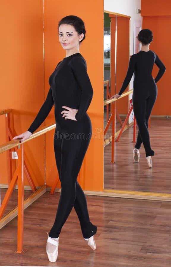 Bailarina en ropa apretada imagenes de archivo