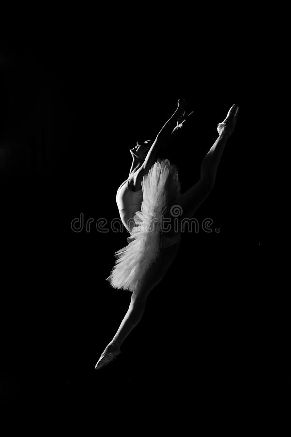 Bailarina en salto imagen de archivo libre de regalías