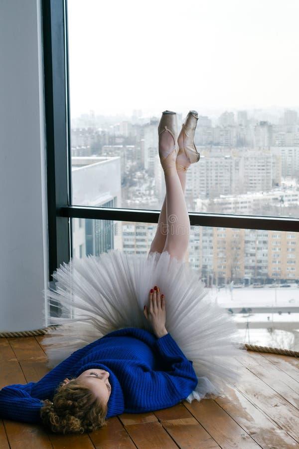 Bailarina en suéter de las lanas y tutú del ballet fotos de archivo