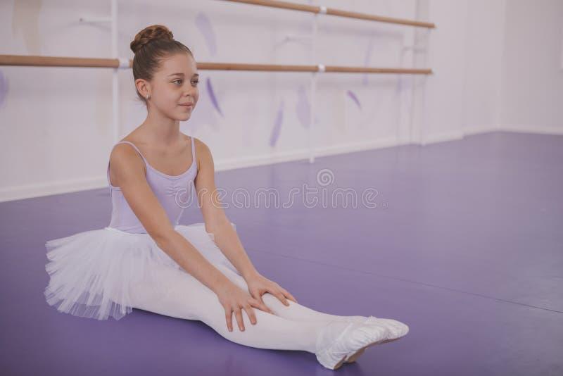 Bailarina encantadora de la chica joven que ejercita en la escuela de danza imagen de archivo libre de regalías