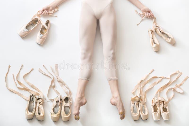 A bailarina encontra-se no estúdio imagem de stock royalty free