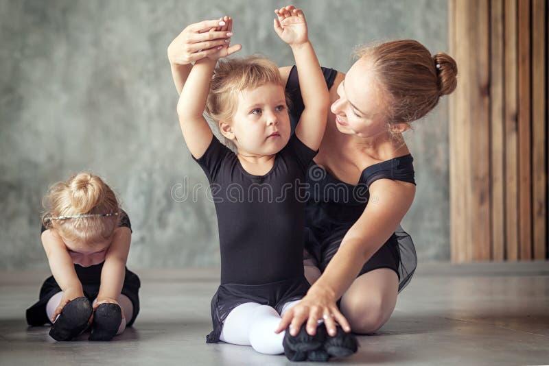 A bailarina ensina meninas foto de stock
