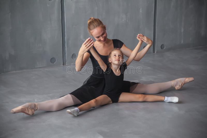 A bailarina ensina meninas fotografia de stock