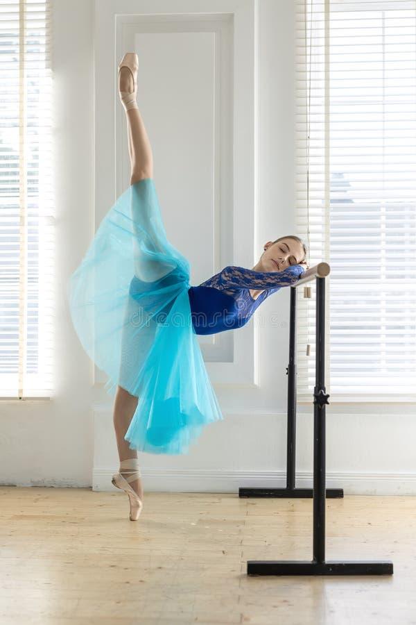 A bailarina está treinando na barra fotos de stock