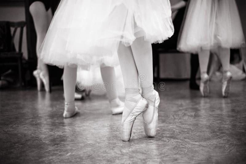 A bailarina está treinando no salão de dança fotografia de stock