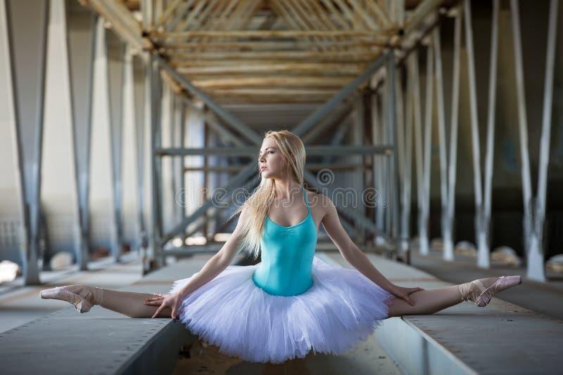 Bailarina graciosa no fundo industrial foto de stock