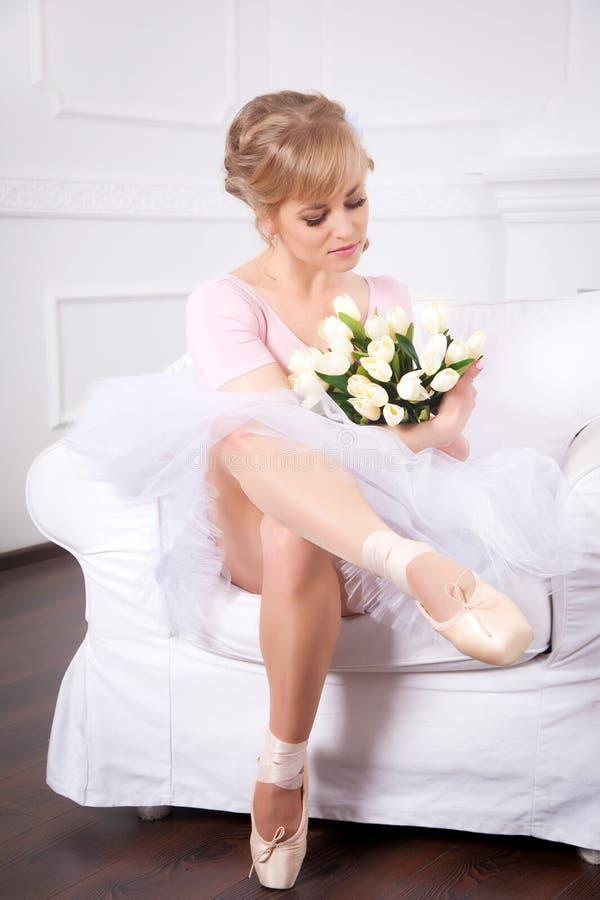 Bailarina hermosa con las flores imágenes de archivo libres de regalías
