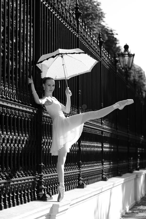 Bailarina hermosa en la calle foto de archivo libre de regalías