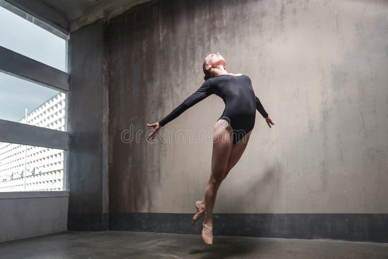 Bailarina hermosa que salta, elevándose en el aire y la mosca imagen de archivo
