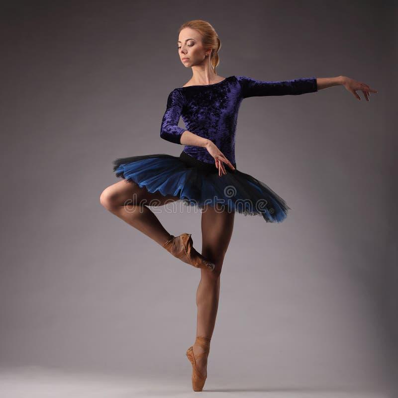 Bailarina Incredibly bonita na dança azul do equipamento no estúdio Arte do balé clássico fotografia de stock royalty free