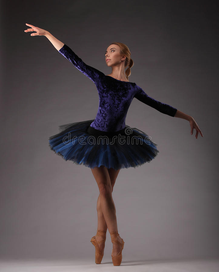 Bailarina Incredibly bonita no equipamento azul que levanta e que dança imagens de stock