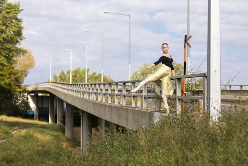 Bailarina joven al aire libre imagen de archivo