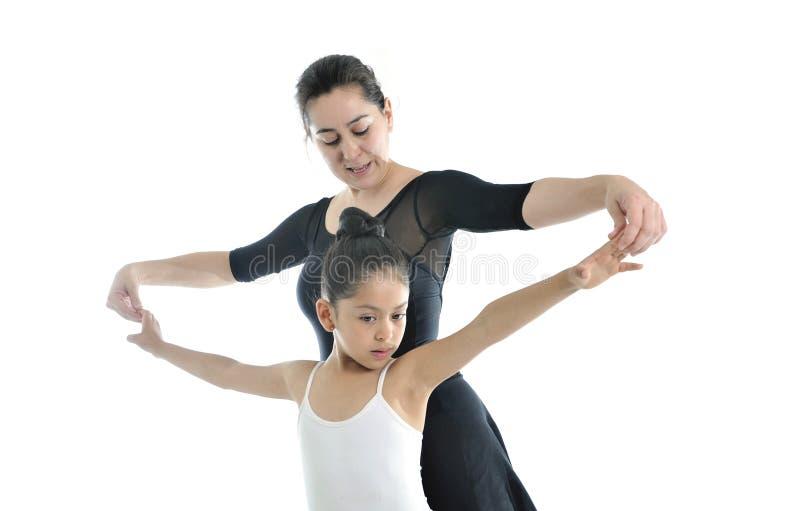 Bailarina joven de la niña que aprende la lección de danza con el profesor del ballet fotografía de archivo libre de regalías