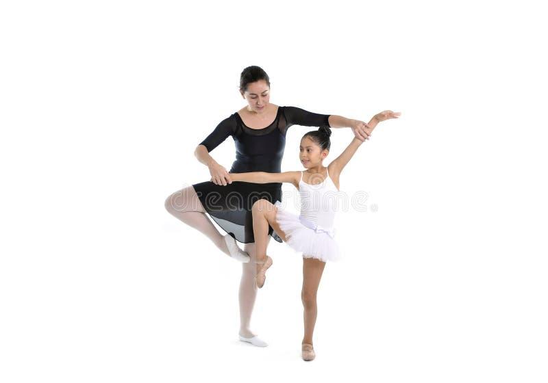Bailarina joven de la niña que aprende la lección de danza con el profesor del ballet foto de archivo