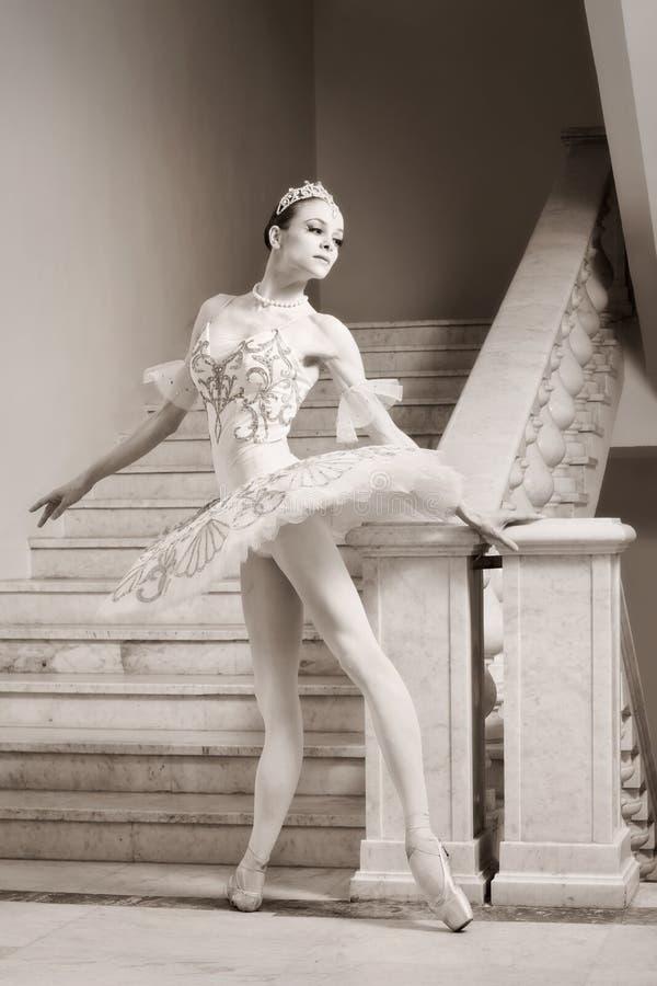 Bailarina joven en actitud del ballet imagen de archivo libre de regalías