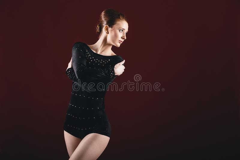 Bailarina joven en traje negro fotos de archivo
