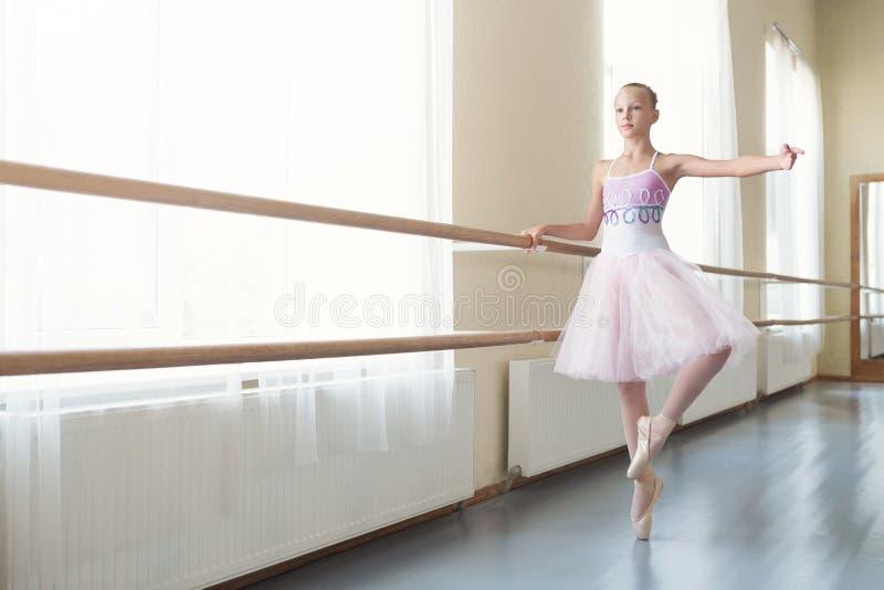 Bailarina joven que consigue lista para bailar en el funcionamiento imagen de archivo