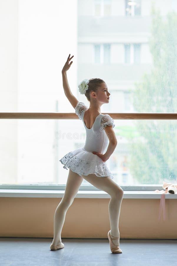 Bailarina joven que se coloca en la posición de ballet fotografía de archivo libre de regalías