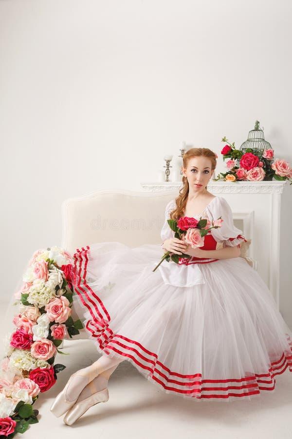 Bailarina linda que sostiene las flores fotos de archivo