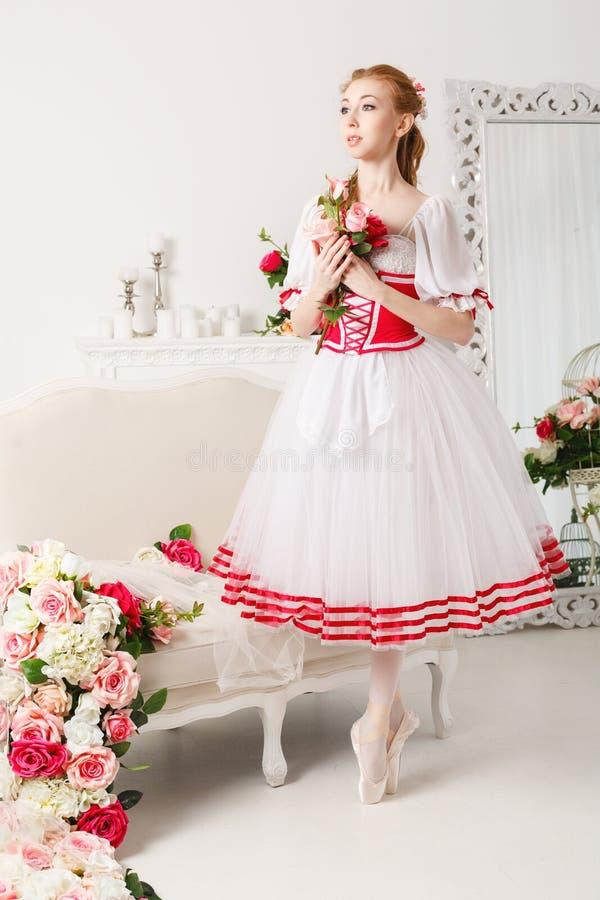 Bailarina linda que sostiene las flores fotografía de archivo