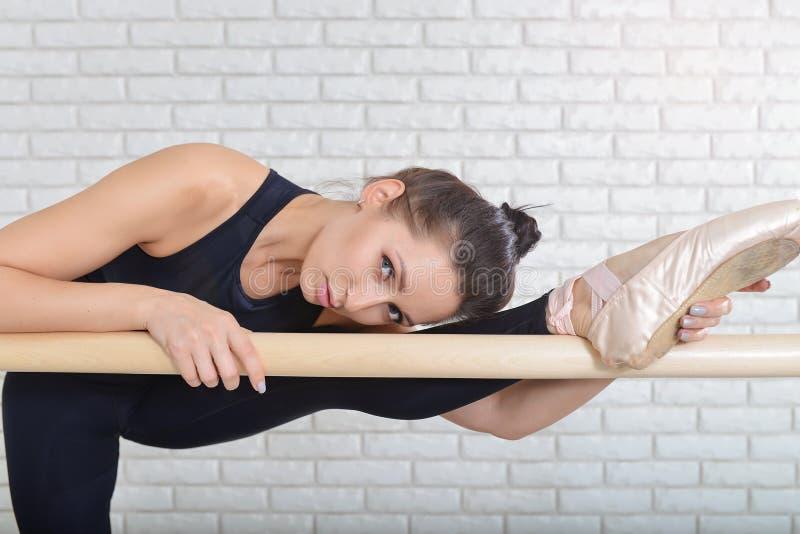 Bailarina lindo que estica na classe do bailado Retrato do close up fotos de stock